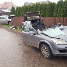 Šilainiuose – stipri avarija: automobiliai sumaitoti, sužeista vairuotoja