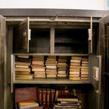 Atvertas senasis bibliotekos seifas: paaiškėjo, kas slypi už trijų jo durelių