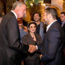 Akimirka: B.Dekanidzės sūnus Viktoras <span style=color:red;>(dešinėje)</span> per vieną iš priėmimų sveikinasi su dabartiniu Niujorko meru Billu de Blasio.