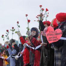 Rusijoje protestuodamos moterys Valentino dienos proga formavo žmonių grandines