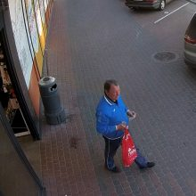 Kaune partrenkta ant šaligatvio stovėjusi moteris: vairuotojas pasišalino