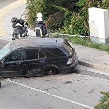 Veiksmas Šančiuose: per avariją vienas taranavo tvorą ir apvirto, kitas pabėgo
