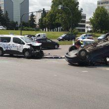 Po avarijos judrioje sankryžoje – automobilis ant stogo <span style=color:red;>(ieškomi liudininkai)</span>