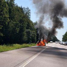 Sumaištis greitkelyje: fiksuojamos avarijos, BMW degė kaip fakelas