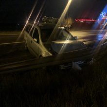 Situacija: štai taip po avarijos Kauno apskrities policijos pareigūnai paliko latvius ir jų automobilį.