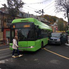 Po troleibuso ir mikroautobuso avarijos stoja eismas Kauno centre