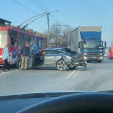 """Raudondvario plente eismą trikdo """"Audi"""" ir sunkvežimio avarija"""