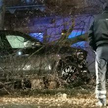 Kauno centre siautė girtas BMW vairuotojas: nušlavė tvorą ir rėžėsi į medį
