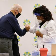 J. Bidenas paskiepytas antrąja doze vakcinos nuo COVID-19