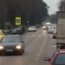 Per avariją Raudondvario plente automobilis apvirto ant stogo