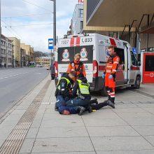 Prie stoties – specialiųjų tarnybų sujudimas: teko tramdyti agresyvų pilietį