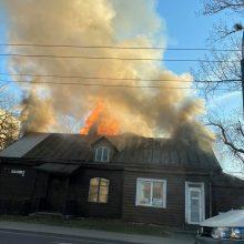 Dūmų debesys virš Savanorių prospekto: atvira liepsna dega namas (vaizdo įrašai)