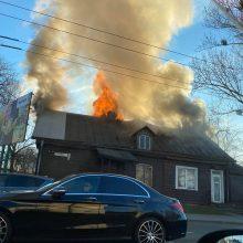 Dūmų debesys virš Savanorių prospekto: atvira liepsna degė namas <span style=color:red;>(vaizdo įrašai)</span>