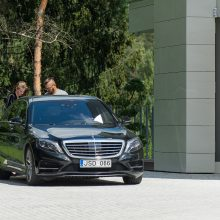 Po kratos namuose E. Dragūnas išvažiavo su pareigūnais