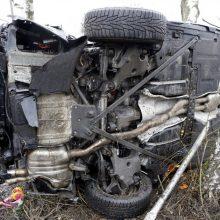 Tragedija pakaunėje: nuo kelio nuvažiavo ir apvirto automobilis, žuvo žmogus