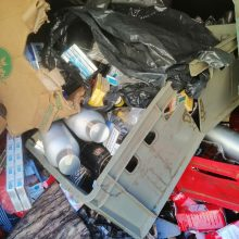 Aiškinasi, iš kur šiukšlių pilname garaže atsirado cigaretės ir alkoholis
