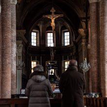 Italijos vyskupai beveik mėnesiui atšaukė pamaldas visoje šalyje