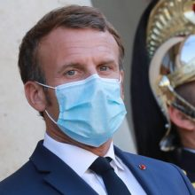 E. Macronui jau nebepasireiškia jokie COVID-19 simptomai