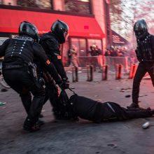 Prancūzijoje keturiems policininkams pateikti kaltinimai dėl juodaodžio sumušimo