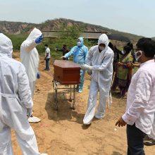 Indijoje per parą pirmąkart mirė daugiau kaip 4 tūkst. užsikrėtusių koronavirusu