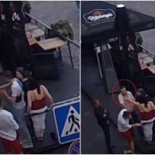 Rotušės aikštės kavinėje vyras į darbą paleido kumščius: dabar jo ieško policija