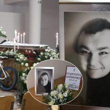 Uostamiestyje atsisveikinama su E. Ostapenko: prie karsto pastatytas dviratukas