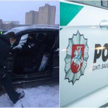 Kauno pareigūnai neliko abejingi: rankomis pakėlė užstrigusį automobilį