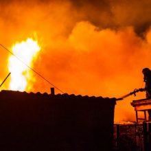 Įtariama, kad didžiulis gaisras Karmėlavoje sukeltas tyčia