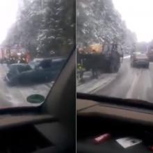 """Vos pasnigus – avarijos: """"Volkswagen"""" nuslydo į griovį"""