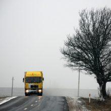 Vairuokite atsargiai: vietomis kelias padengtas puriu sniegu, susiformavęs plikledis