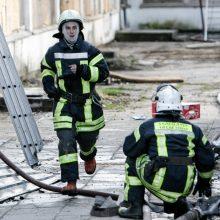 Gesinti degančių siuvyklos lubų lėkė gausios Kauno ugniagesių pajėgos