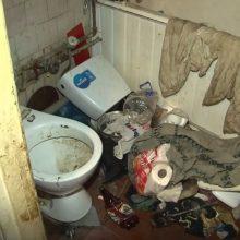 Sunku patikėti: pensininkas beveik tris paras praleido užstrigęs tualete