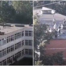 Vaizdas pašiurpino: pamokų metu ant mokyklos stogo – būrys moksleivių