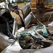 Baisi avarija prie Kėdainių: į kelininkų ekskavatorių įsirėžė BMW