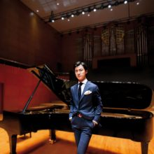 Pažintis: Vokietijoje gyvenančio kinų kilmės pianisto H.Zhang koncertas Pažaislio muzikos festivalyje  – pirmoji jo viešnagė Lietuvoje.