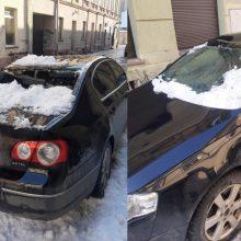 Nuo stogo nukritęs sniegas sumaitojo automobilį, kuriame sėdėjo merginos: atrodė, kad sprogo bomba