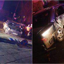 """Jaunas """"Mercedes-Benz"""" vairuotojas neišvairavo tiesioje gatvėje ir išvartė kelio ženklus"""