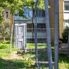 Kauniečiai – smarvės spąstuose: po langais darbininkai pastatė biotualetą