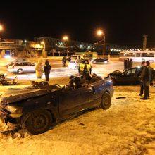 """Tragedija: A.Stiklioraičio vairuojamas """"Mercedes Benz"""" rėžėsi į """"Opel Astrą""""."""