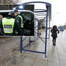Vilniaus stotelėje siautėjo vaikinas ir mergina: sudaužė stiklą, priešinosi pareigūnams