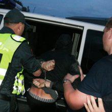 Mažeikių rajone du vyrai ir moteris priešinosi sulaikomi policijos