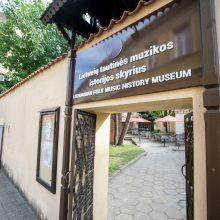 Nepateko: dėl vestuvių šurmulio turistai nepanoro įžengti į muziejų.