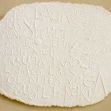 Ant rankų darbo popieriaus atspaudais kuriamos istorijos