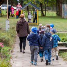 Tėvai įsiuto dėl veiksmų darželyje: vaikus vedė į lauką, nors oras užterštas