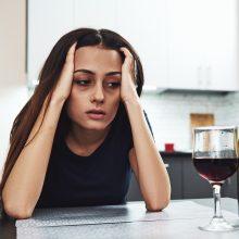 Naujas tyrimas atskleidė: visuomenė vis dar turi bėdų su alkoholiu, daugėja girtaujančių moterų