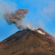 Sicilijoje išsiveržus Etnos ugnikalniui uždaryti du oro uostai