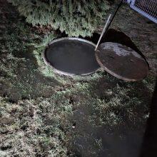 Gyventojai praneša: Romainiuose kanalizacijos vanduo bėga į vietinį upelį