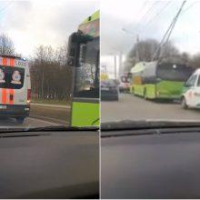 Incidentas Kaune: dėl susižalojusios troleibuso keleivės kaltas mikroautobusas?