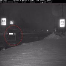 """Užfiksavo trikojis: vidury dienos BMW pėsčiųjų perėją """"praskriejo"""" 129 km/val. greičiu"""