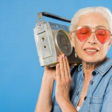 Kokia kalba sklinda iš radijo?